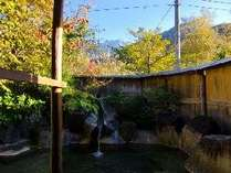 焼岳の雪山と、周辺の紅葉した木々を同時に見られる時期は貴重です。お部屋単位で貸切できます。