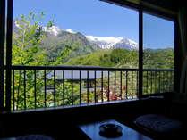 お部屋からは、北アルプスの山々を望め、静かな時間を過ごせます。