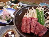 ご夕食は、飛騨牛陶板焼き、お客様に人気のニジマスの笹焼き他、地元の食材を使った奥飛騨料理(一例)