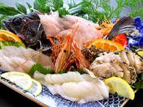 【お料理一例】その日に水揚げされた魚介類を贅沢に盛り合わせ!5名以上の場合は舟盛りでご提供いたします