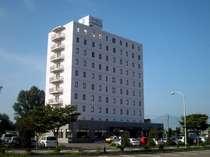 ホテルの周りは広々した駐車場。向かいにはELMショッピングセンター。