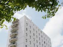 ELMショッピングセンター真正面の10F建てホテル。ホテルの周りは130台収容の無料駐車場。