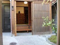 玄関の木戸を開けると、観音様のお面がお出迎え。