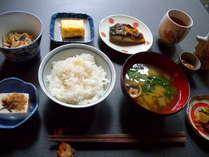 朝食。 京都京北町の自家製米のご飯とお味噌汁はお代わり自由。