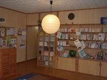 広い共同スペースでは旅の仲間とゆんたくもOK。マンガや本も多数ご用意。