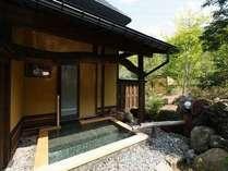 古民家一軒家タイプの部屋付き露天風呂本物の源泉掛け流しの温泉が常時溢れております。