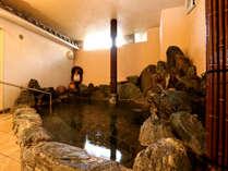 鳴き砂温泉が注がれた岩風呂でゆったりと