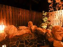 【あかね/むらさき】使い放題の専用露天風呂付。夜は星空を眺めながら、ゆったりと寛げる