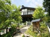 奥飛騨の山々に包まれ、自然あふれる場所にあります。