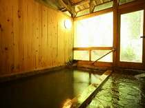 源泉掛け流しの内湯&露天風呂をお楽しみください。