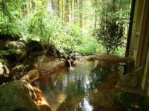 野趣あふれる露天風呂。平湯温泉の中でも一番山にちかい造り。
