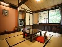 和室は広々10畳。窓を開けると目の前には大自然が。