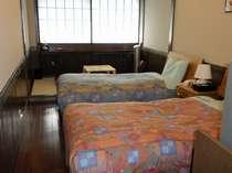 【客室】和洋室ツイン飛騨家具を使用しています。部屋ごとに家具が違います。