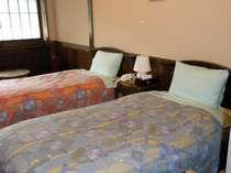 【和洋室・ツイン】飛騨家具を使用しています。部屋ごとに家具が違います。