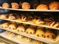 朝食バイキングでは、日替わりで美味しいパンを焼いています!