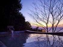 窓に広がる夕日と海 美食を奏で150有余年 間人温泉 炭平