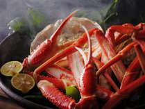 熱々の蟹身から香り立つ湯気も食欲をそそる一つのごちそう。凝縮した旨みを無心にかぶりつく