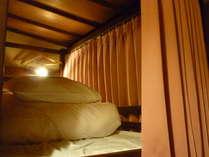 二段ベッドドミトリー。全てのベッドにコンセント、読書灯、ハンガー、カーテンがあります。
