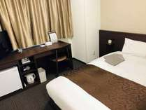 【ダブルルーム】シモンズ140㎝幅広ベッドで長期滞在でも心地よくお過ごしいただけます。