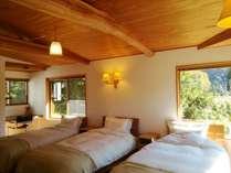 洋室14畳/シングルベッド 3台。リネンの交換はご宿泊3日目の午前中に行ないます。