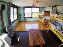 2階17畳 開放的な部屋 広いベランダには椅子が2脚 ゆっくりとくつろいで下さい