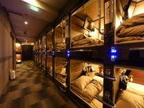 【カプセルルームフロア】シックな雰囲気のカプセルフロアはバーコードによる入室管理で安心・安全。