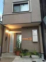 ゲストハウス葵の外観です。白川通りに面しております。