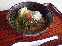 【食事/朝食一例】朝はさらっと食べられる地元食材を使ったお茶漬けをご用意。