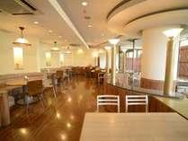 【レストラン】大きな窓から緑と明るい日差しが差し込む「サフラン」。朝食もこちらでどうぞ♪
