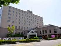 【ホテル外観】国道3号を曲がって30秒。駐車場無料。土日バイキング¥1,500もございます。