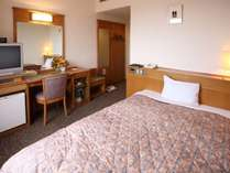 【シングル】ベッド幅は140cmとセミダブルサイズ!ビジネスや予算を抑えたい方にオススメのお部屋です♪