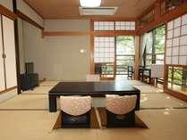【さくらの間】和室10畳+次の間4畳。宇野千代さんゆかりのお部屋。当庵の特別室となっております。