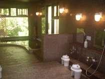 御影石を敷きつめた浴室。