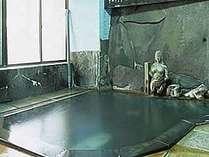 かけ流しの天然温泉岩風呂
