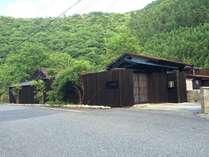 熊野 四季亭の外観です。縦格子が印象的です。山側に美しい清流があり、そのまま泳ぎに行く事ができます