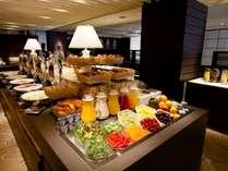 一日の元気は朝食から、豊富な朝食ブッフェでエネルギーをチャージ。
