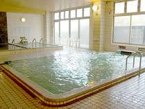 【大浴場】大きな窓から光が差し込む明るい浴場です。天然八尾温泉をお愉しみ下さい。