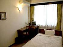 【洋室シングル一例】やっぱりベッドが落ち着く!快適にお過ごしいただけるお1人様専用の洋室。