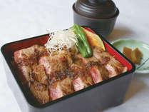 【ステーキ重】2階大食堂『羅漢』の人気メニュー『ステーキ重』。ジューシーなお肉でボリューム満点!