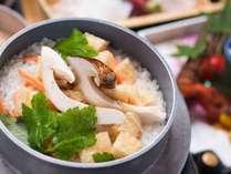 *【松茸づくし会席一例】松茸の風味がふわっとかおる〆の松茸ごはん。