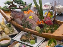【舟盛会席】季節の会席料理のメインにドンっと鯛姿造りが付いた、特別な日にぴったりのお料理です。
