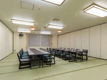 【食事会場】大人数様でもお入りいただける畳のテーブル席もございます。