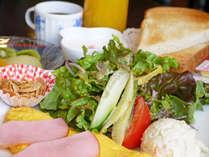 【洋食朝食】朝から嬉しい生野菜サラダがたっぷり♪フルーツまでついたもりだくさんの洋朝食!
