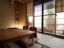 京町家の風情を感じる貸し切りの宿。庭を臨む贅沢な客室でゆっくりとおくつろぎ下さい。