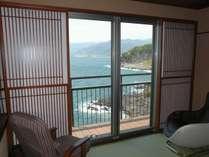 秋田 和室室内より碧い海・山並みを望む