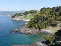 施設から碧い海と山並み・プライベートビーチを望む