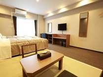 【全室35㎡の和洋室】ベッド2台と布団2セットで最大5名様まで宿泊可能です。