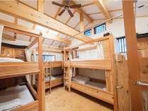 2段ベッドが計4台、定員8人のお部屋です。木製のベッドは大工さん手作り。