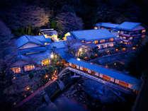 [游月山荘 夜] 夜の灯りがとても幻想的です。