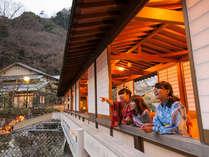 【月光橋】当館一番人気のスポット。四季折々の景観をお楽しみ下さい。
